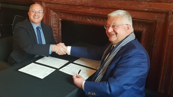 Ondertekening van het akkoord door de voorzitter van de MEL, Damien Castelein, en de Minister van Externe Betrekkingen, Guy Vanhengel